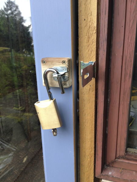 This padlock can conveniently be rekeyed to match your front door key. Very convenient.
